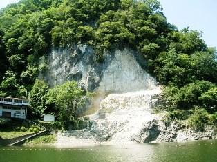 神龍湖の岩盤崩落現場